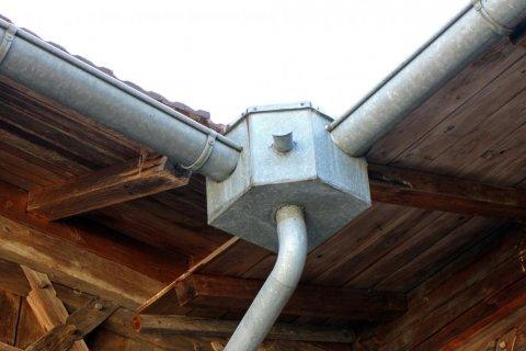 Pose et installation de gouttière en zinc à Nîmes MJ RénovationToiture