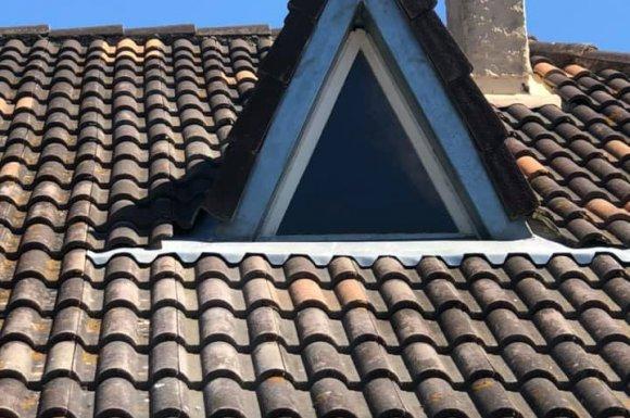Pose d'abergement de fenêtre de toit contre les infiltrations La Calmette